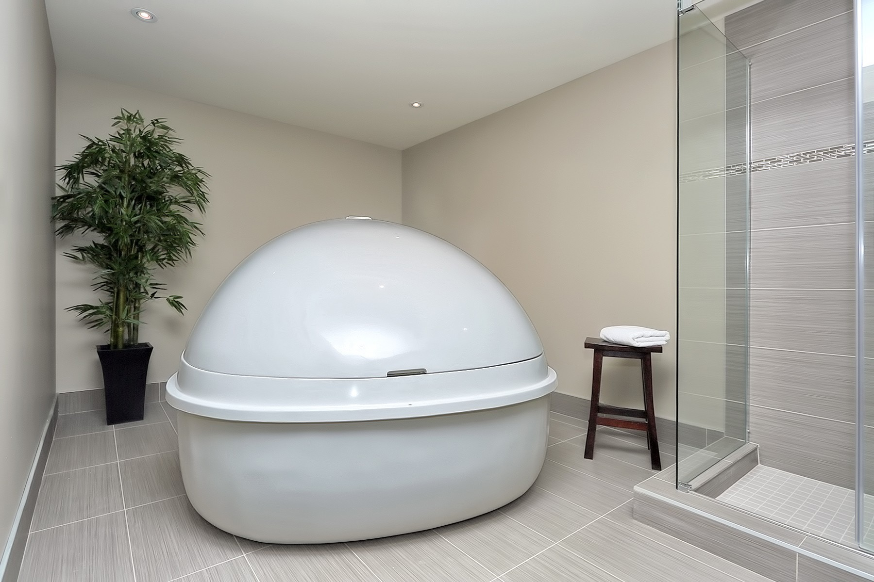 Private float suite with a fully closed pod