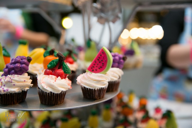 Mini cupcakes with vanilla icing and hand-painted chocolates by Lollicakes | Photo: Nick Lee